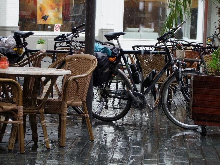 090708-11-Zutphen-fietsen-bij-terras