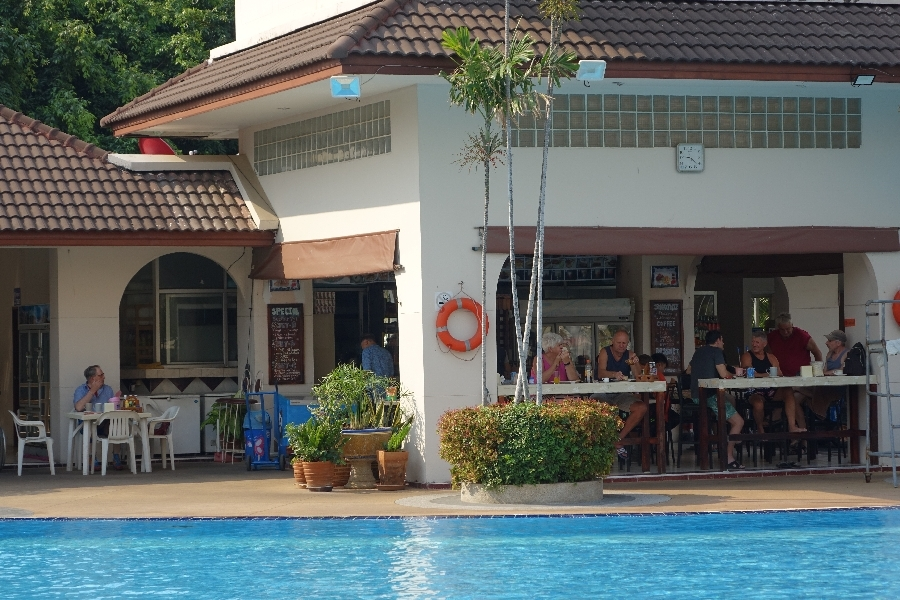 200222-02-Ontbijt-bij-het-zwembad