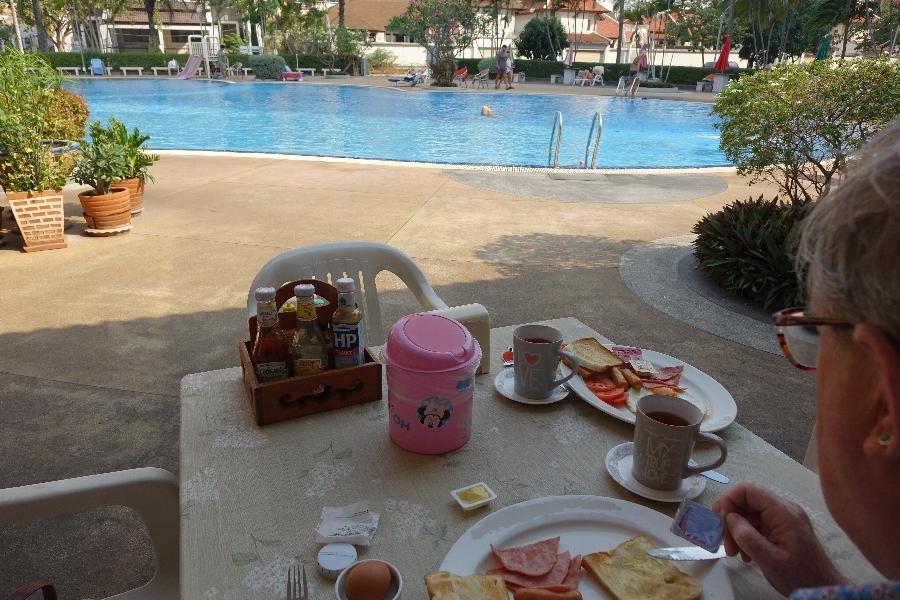 200222-04-Ontbijt-bij-het-zwembad